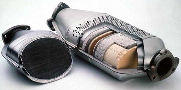 Каталізатор переробляє чадний газ у відносно нешкідливий дим, очищаючи його від шкідливих домішок, який і надходить в навколишнє середовище
