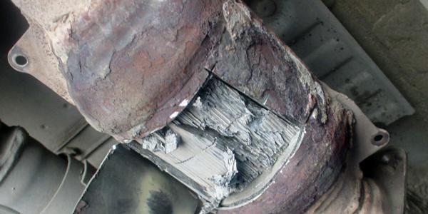 Найчастіше термін служби цього елемента вихлопної системи скорочується через механічні пошкодження