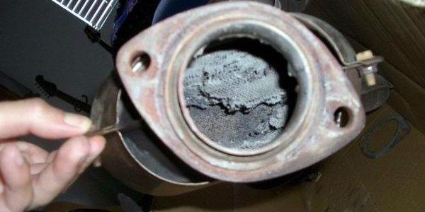 найдрібніші частинки зруйнованих керамічних сот каталізатора може засмоктати зворотнім тиском всередину двигуна, а, потрапивши в циліндри, таке забруднення призведе до появи задирів